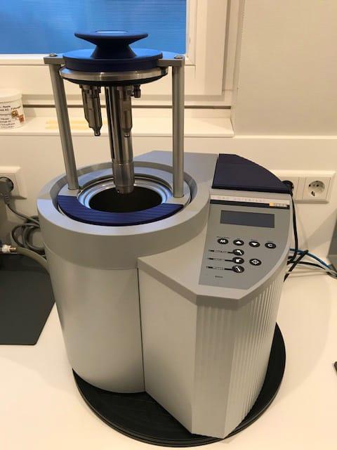 Moderne Geräte im Sterilisationsraum